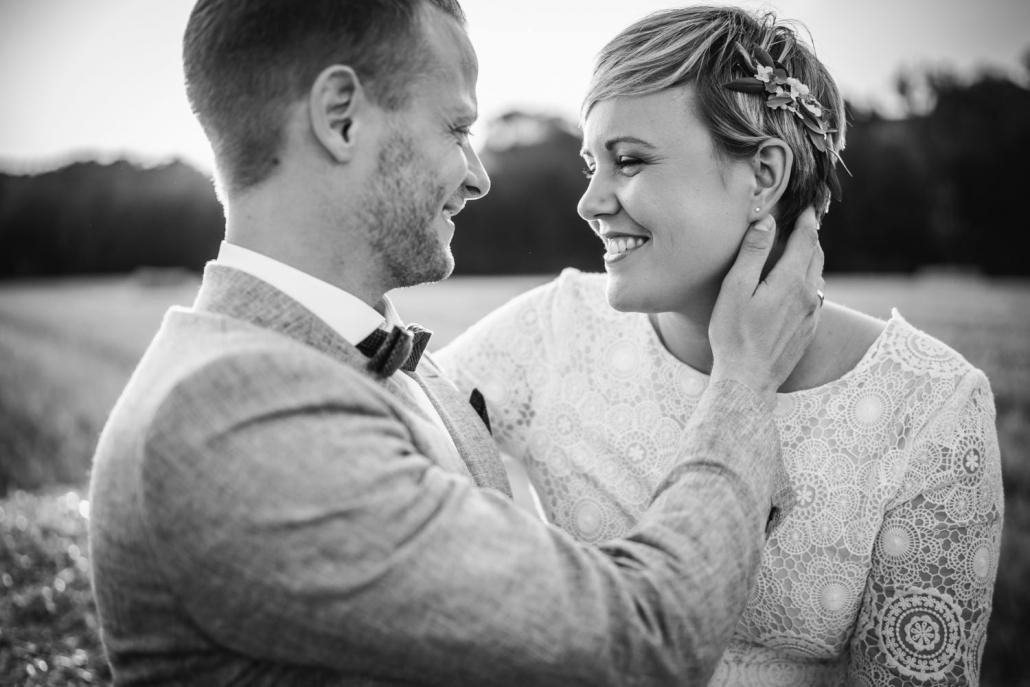 Hochzeit auf dem Rahaberghof, Oberösterreich, Paarshooting, Paar schaut sich an und lächelt