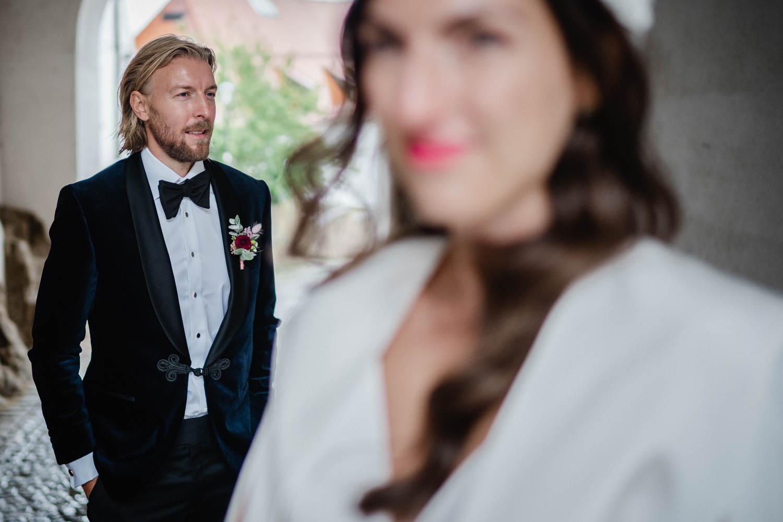 Hochzeit in Passau, Paarshooting, Bräutigam steht hinter Braut