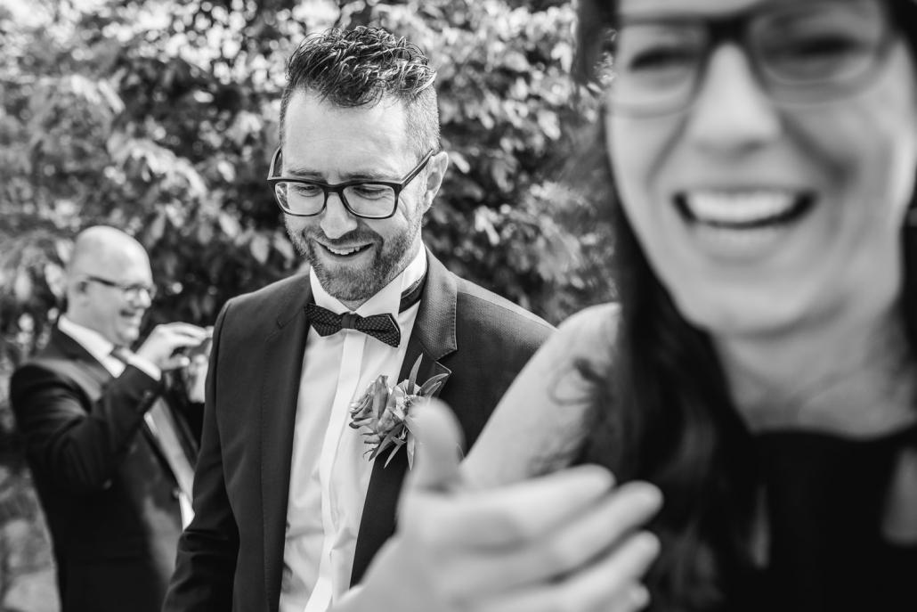 freie Trauung auf Gut Aichet, der Bräutigam lacht bei der Gratulation der Gäste