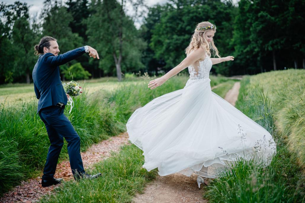 Paarshooting nach der Trauung in Fürstenzell, die Braut tanzt für den Bräutigam