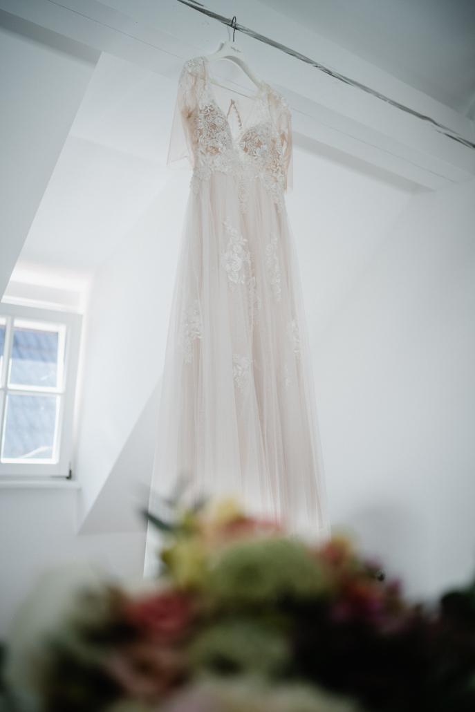 Hochzeit in der Pfalz, das Brautkleid hängt im Zimmer
