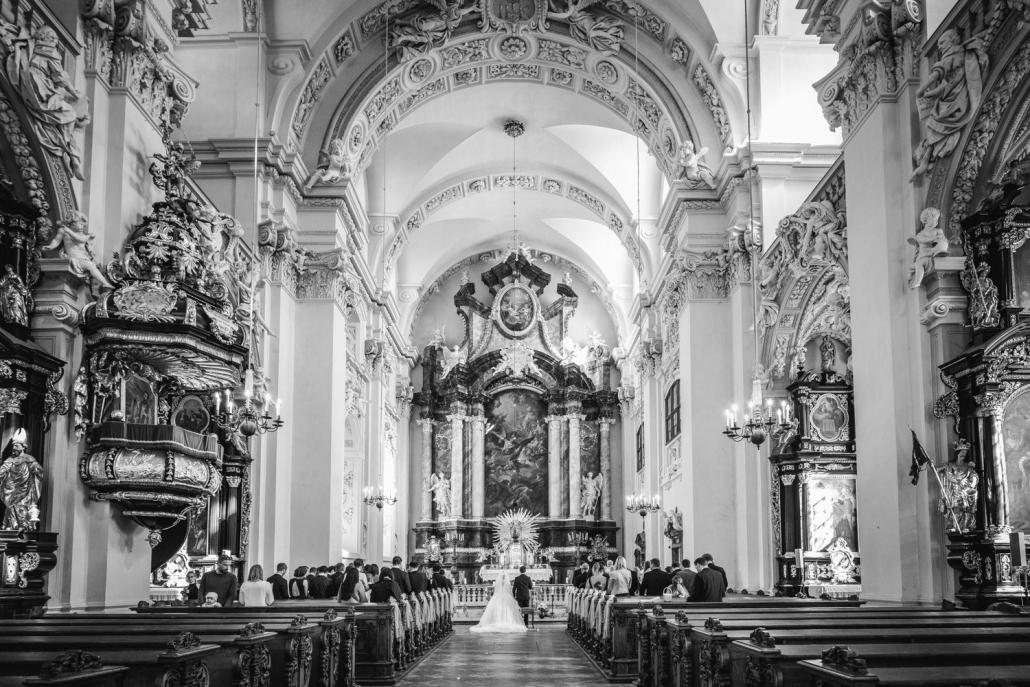 kirchliche Hochzeit in Passau, Innenaufnahme der Kirche St. Michael mit dem Brautpaar und den Gästen