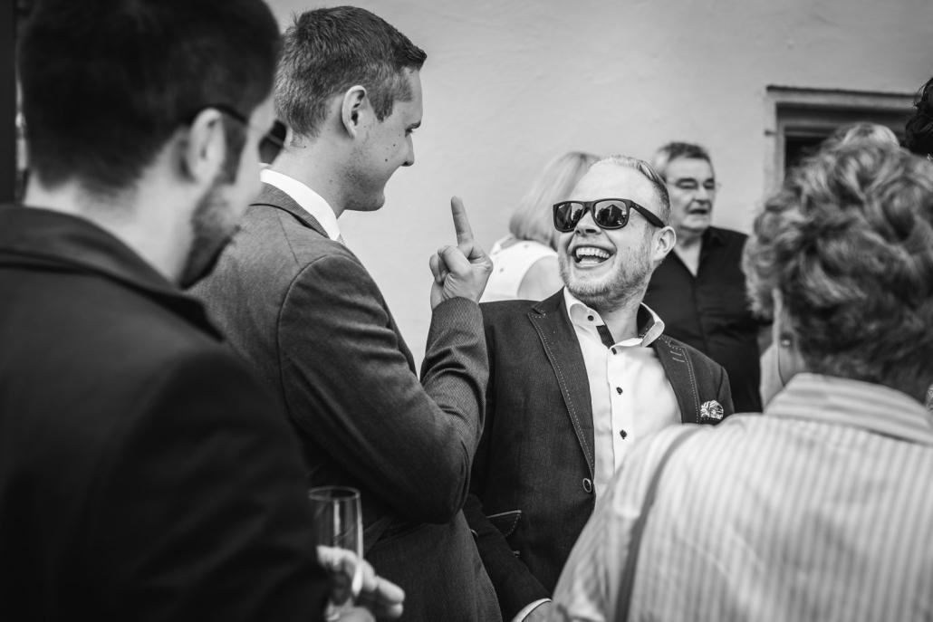 Hochzeit in Passau, Bräutigam zeigt seinem Bruder den Mittelfinger
