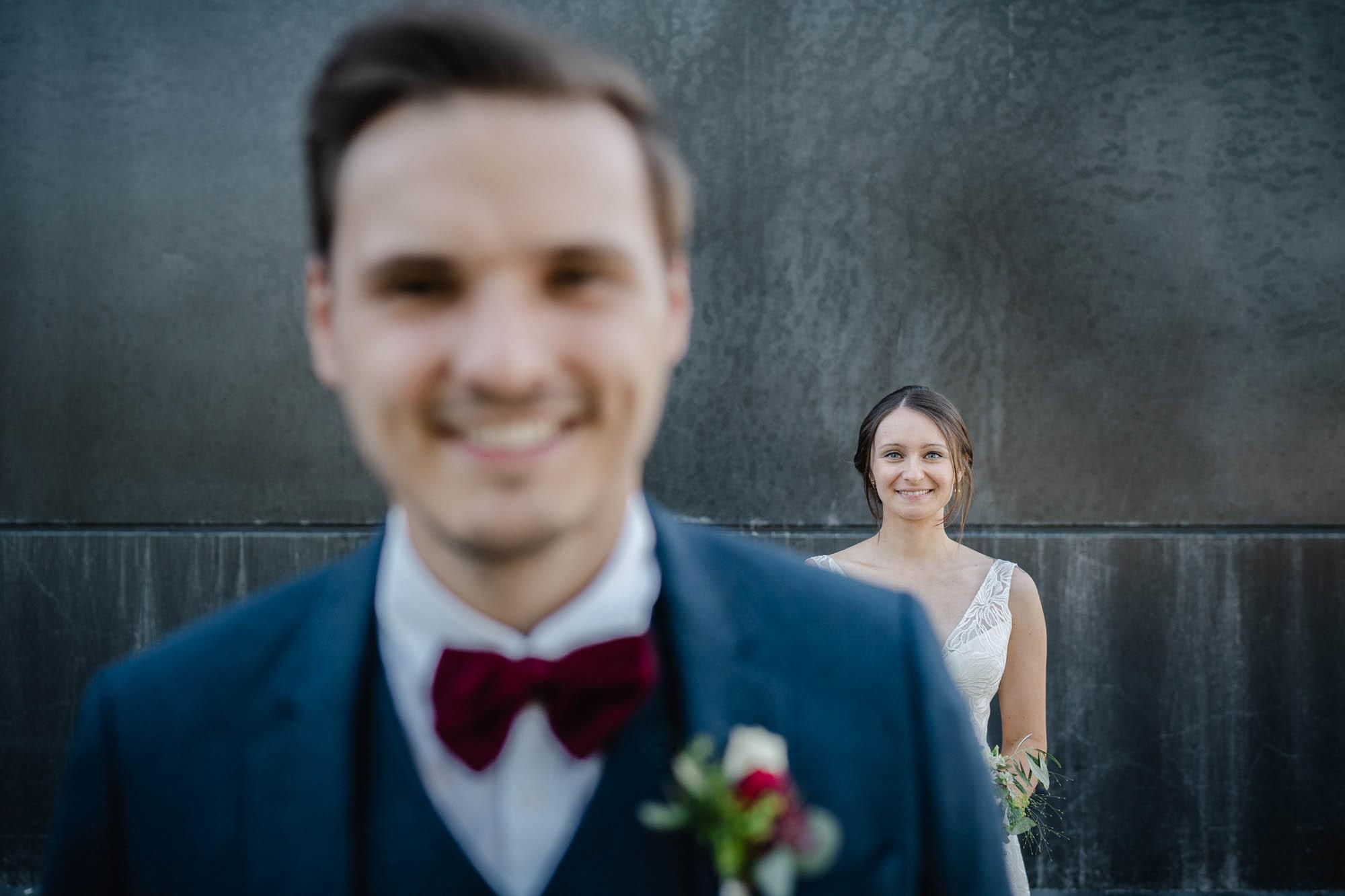 Hochzeit in Deggendorf, Paarshooting, Paar schaut in die Kamera