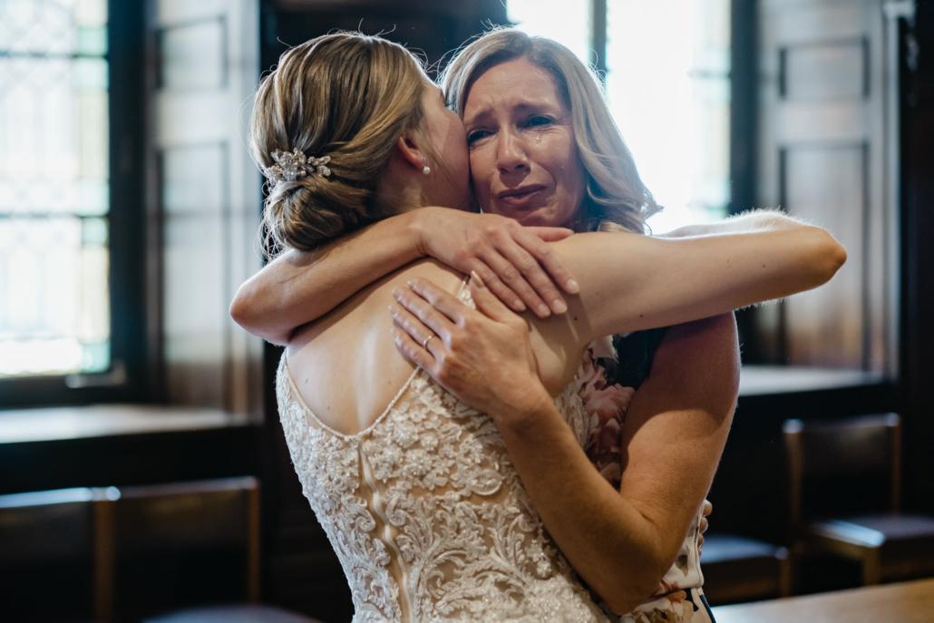 Hochzeit im Standesamt Passau, die Mutter der braut weint vor Rührung bei der Gratulation