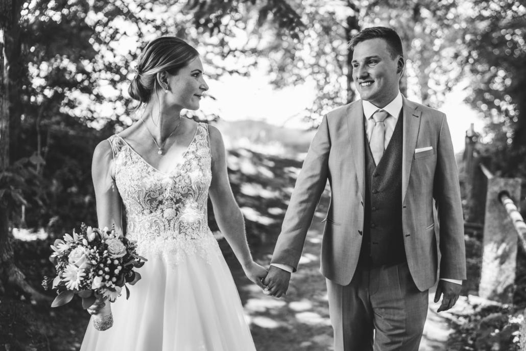 Hochzeit in Passau, Veste Oberhaus, Paarshooting, das Brautpaar läuft Hand in Hand