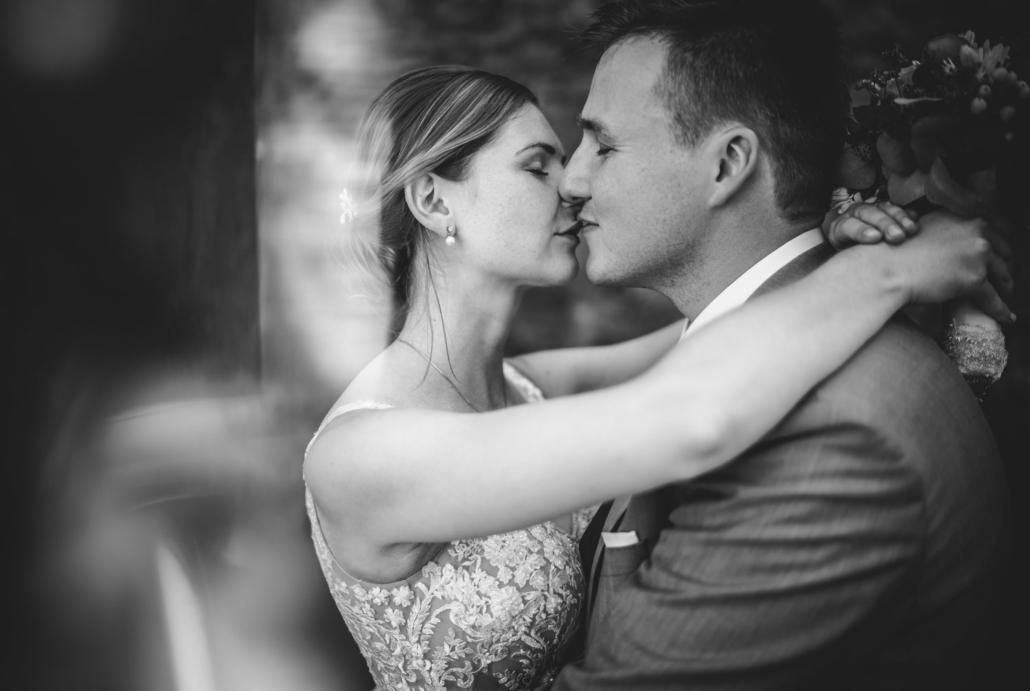 Hochzeit in Passau, Veste Oberhaus, Paarshooting, das Brautpaar küsst sich