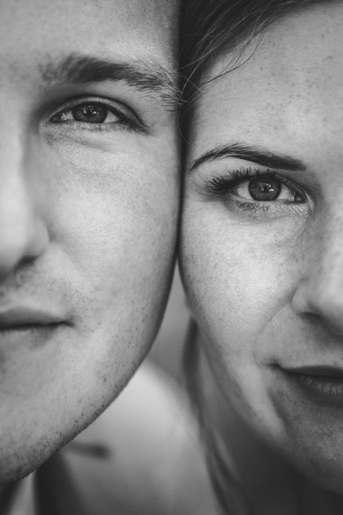 Hochzeit in Passau, Veste Oberhaus, Paarshooting, Brautpaar blickt in die Kamera